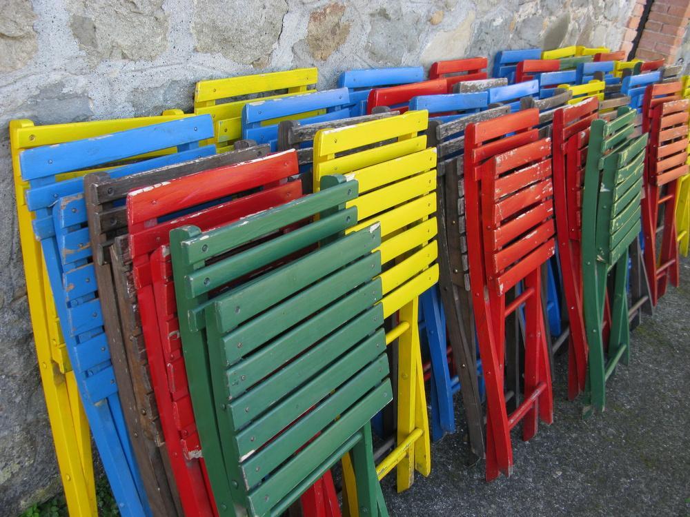 lotto di sedie pieghevoli colorate
