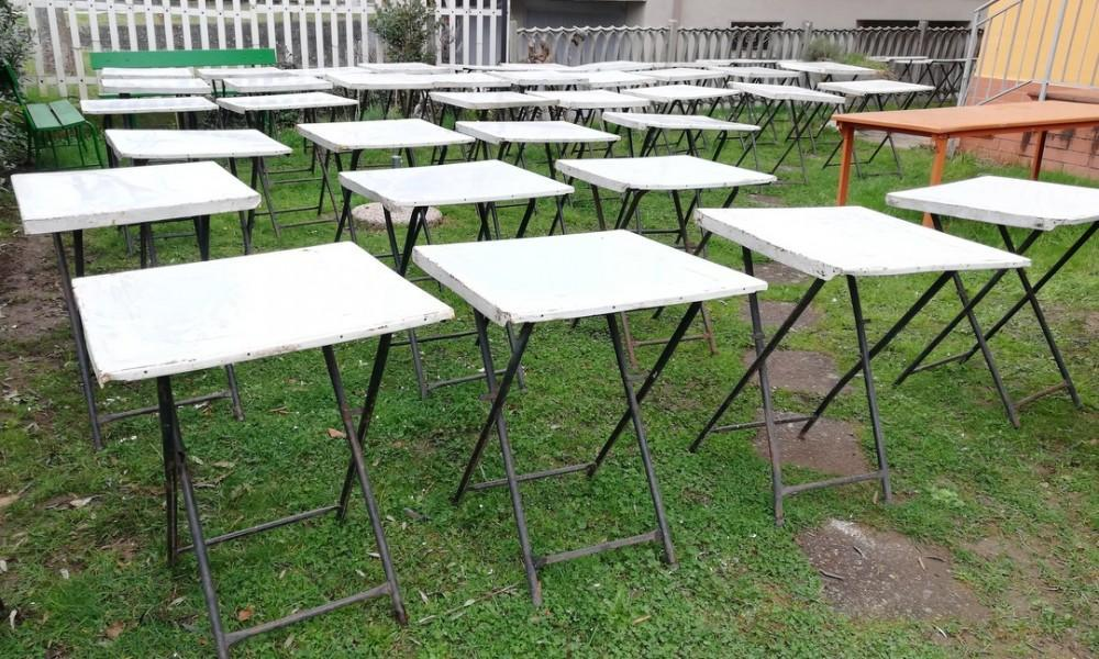 FOLDING TABLES LOT